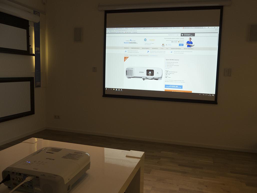 De Epson EB-990U in onze zakelijke showroom