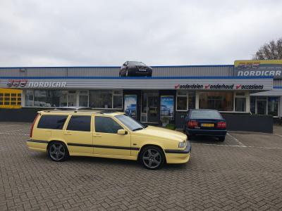 Gele Volvo 850T5R estate bij Nordicar voor de deur
