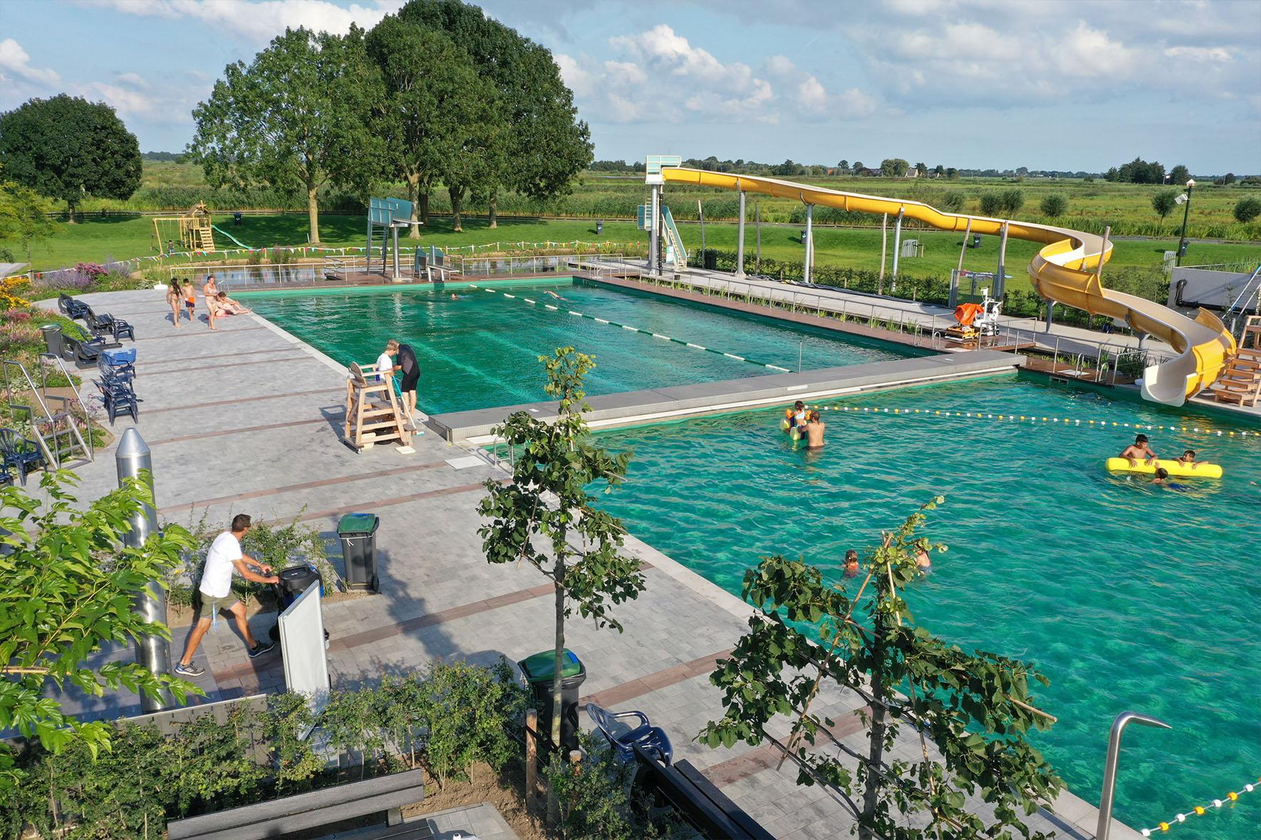 Lichte en stroeve bestrating rond uniek natuurgezuiverd zwembad De Loete Haastrecht
