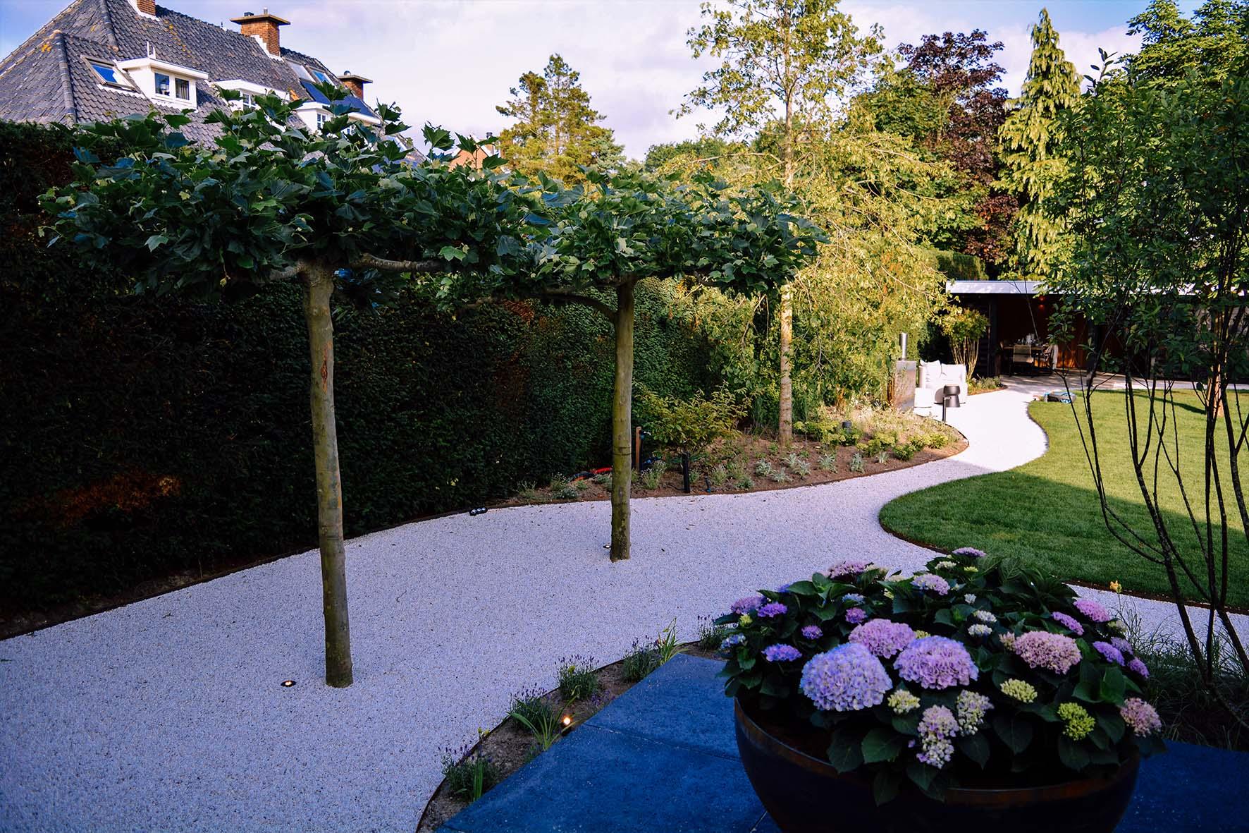 Een parkachtige villatuin in Naarden - Gardenlux materialen in Lodewijks Droomtuinen