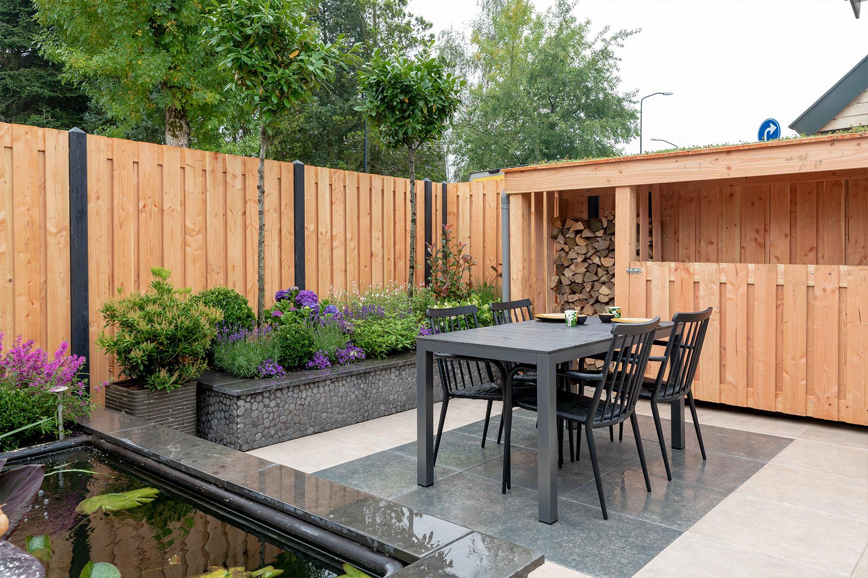 Gardenlux en De Grote Tuinverbouwing: de gebruikte materialen in deze warme en sfeervolle vijvertuin