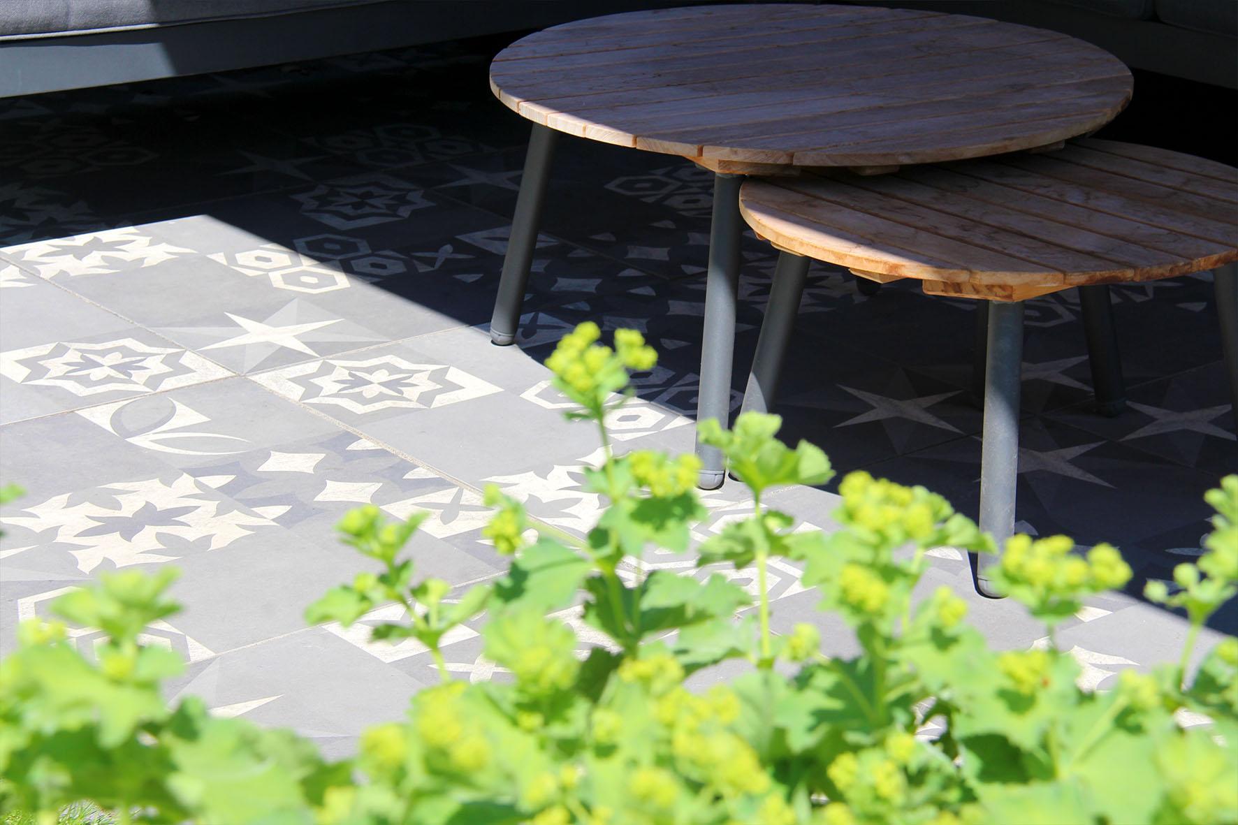 Een gezinstuin in Vleuten met keramische tegels en gepotdekseld rabat schermen - Cera3Line Lux & Dutch Seattle Decor