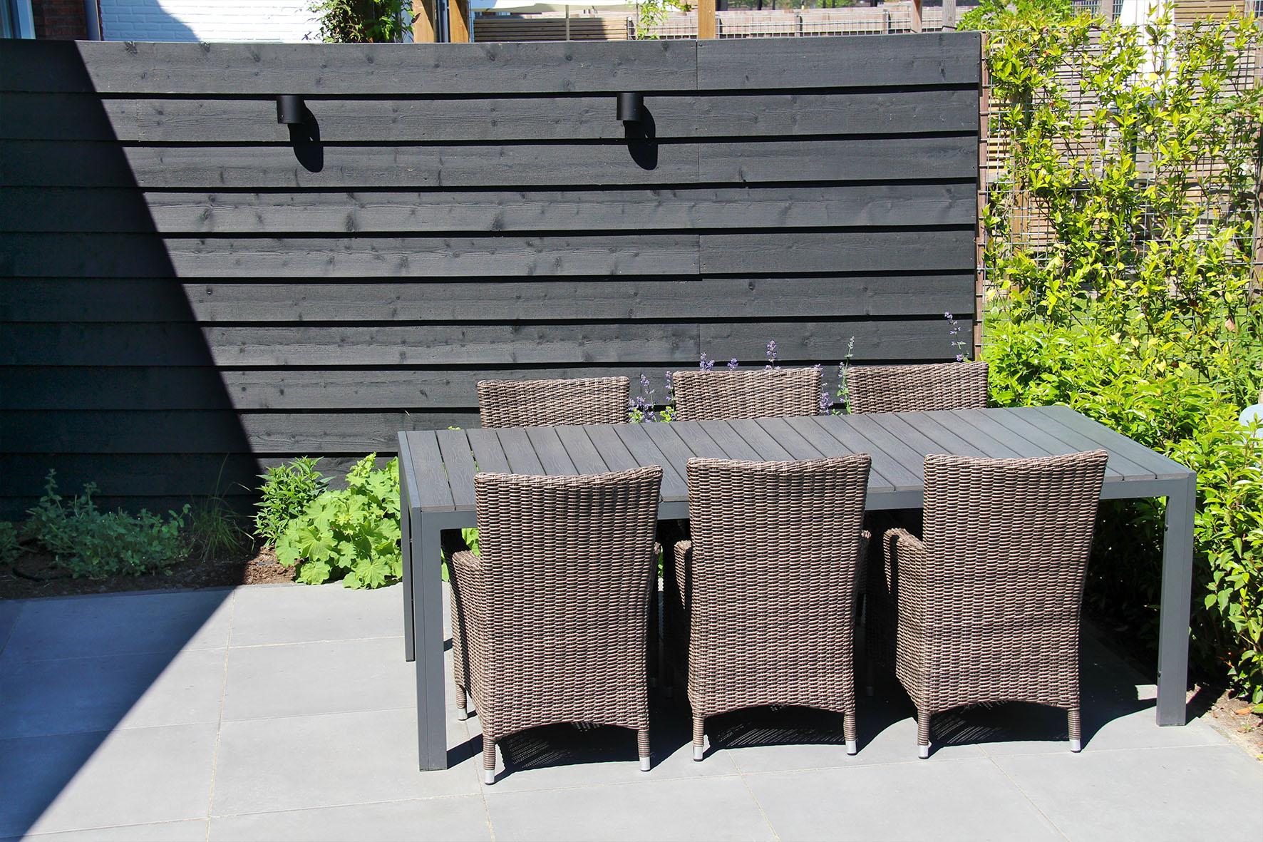 Een gezinstuin in Vleuten met keramische tegels en gepotdekseld rabat schermen - Zwart gedompeld Zweeds Rabat schuttingen